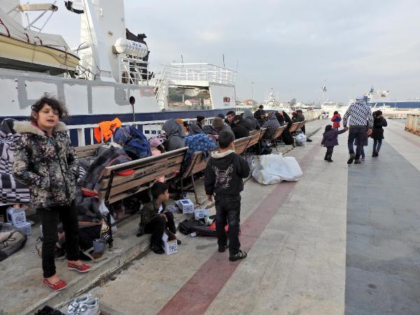 Botları su alan 60 kaçağı sahil güvenlik kurtardı