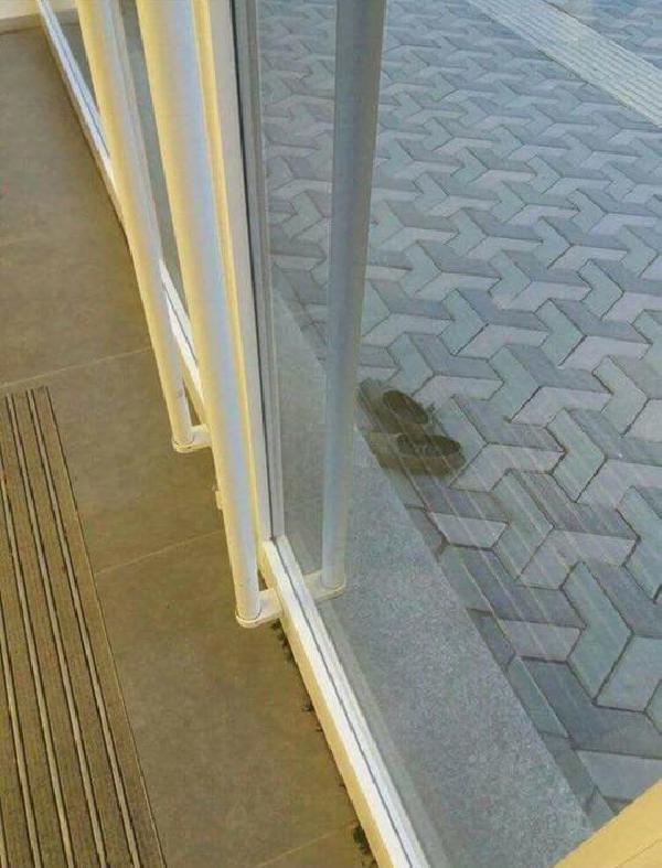 Bankaya çamurlu ayakkabılarını çıkardıktan sonra girdi