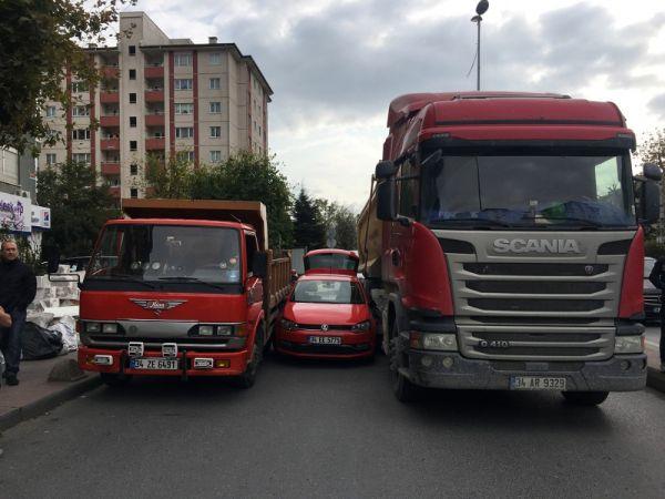 Yol vermek istemeyen sürücü kamyonetin arasında kaldı