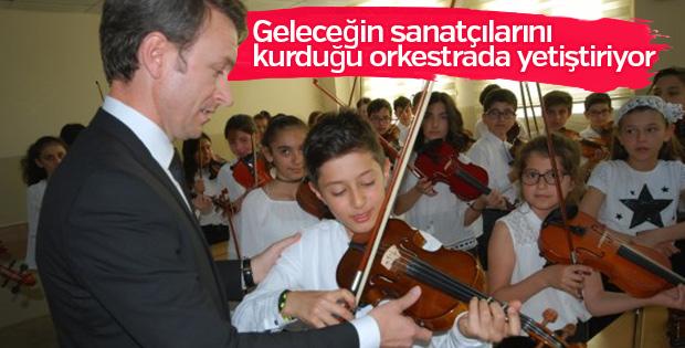 Kurduğu orkestrada yetenekli öğrencileri keşfediyor