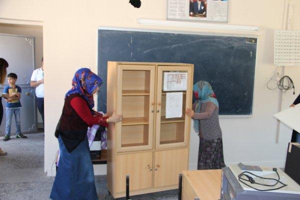 Çocukları için köy okulunu yenilediler