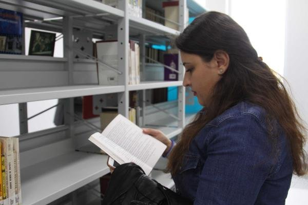 Üniversite kütüphanesine 1000 kitap hediye etti