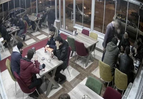 Garsonu darbeden iki polis açığa alındı