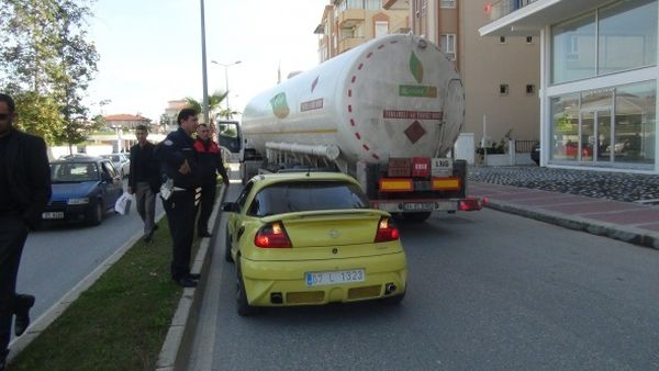 Tır sürücüsü polisten kaçan aracı sıkıştırdı