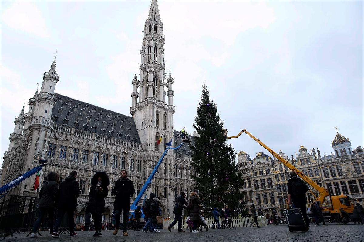 Brüksel'de 22 metrelik Noel ağacı