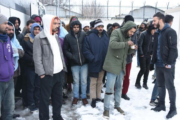Yunanistan'ın geri gönderdiği kaçaklar donacaktı