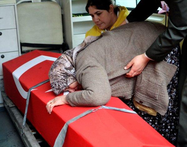 Şehidin annesi, oğlunun naaşını getiren askere sarıldı