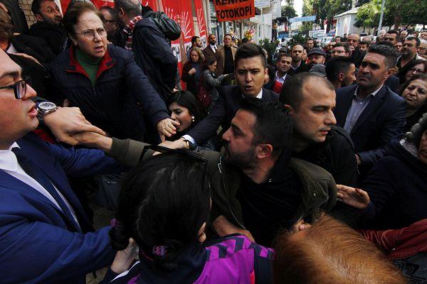 Antalya'da CHP'nin devir teslim töreni karıştı