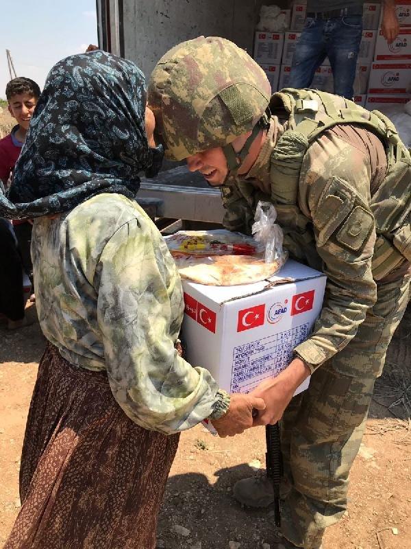 Afrinlilere yardımlar devam ediyor