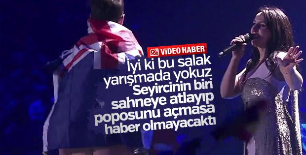 Eurovision'da sahneye çıkan seyirci poposunu gösterdi