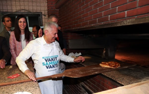 Başbakan Yıldırım pide pişirdi