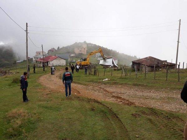 Sisdağı Yaylasında kaçak yapılar yıkılıyor
