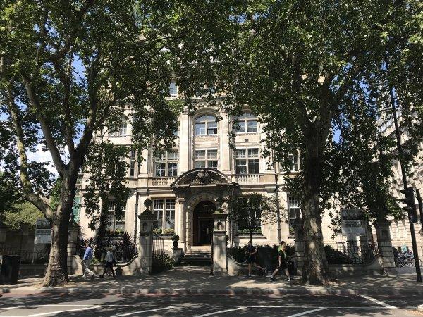 FETÖ'cü Akın İpek'e Londra'da ev hapsi verildi