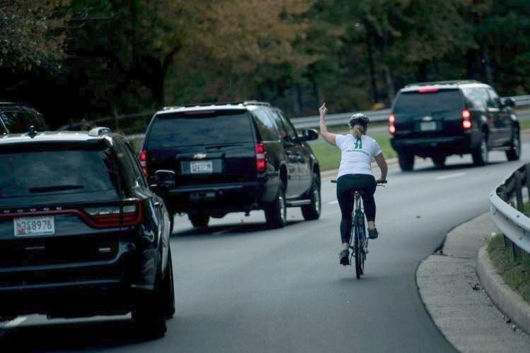 Donald Trump'a hareket çeken kadın kovuldu