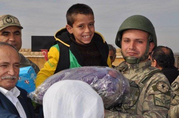 Mehmetçik Cerabluslu çocukların yüzünü güldürdü