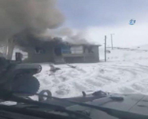 Erzurum'da 4 teröristin hücre evinde öldürüldüğü an