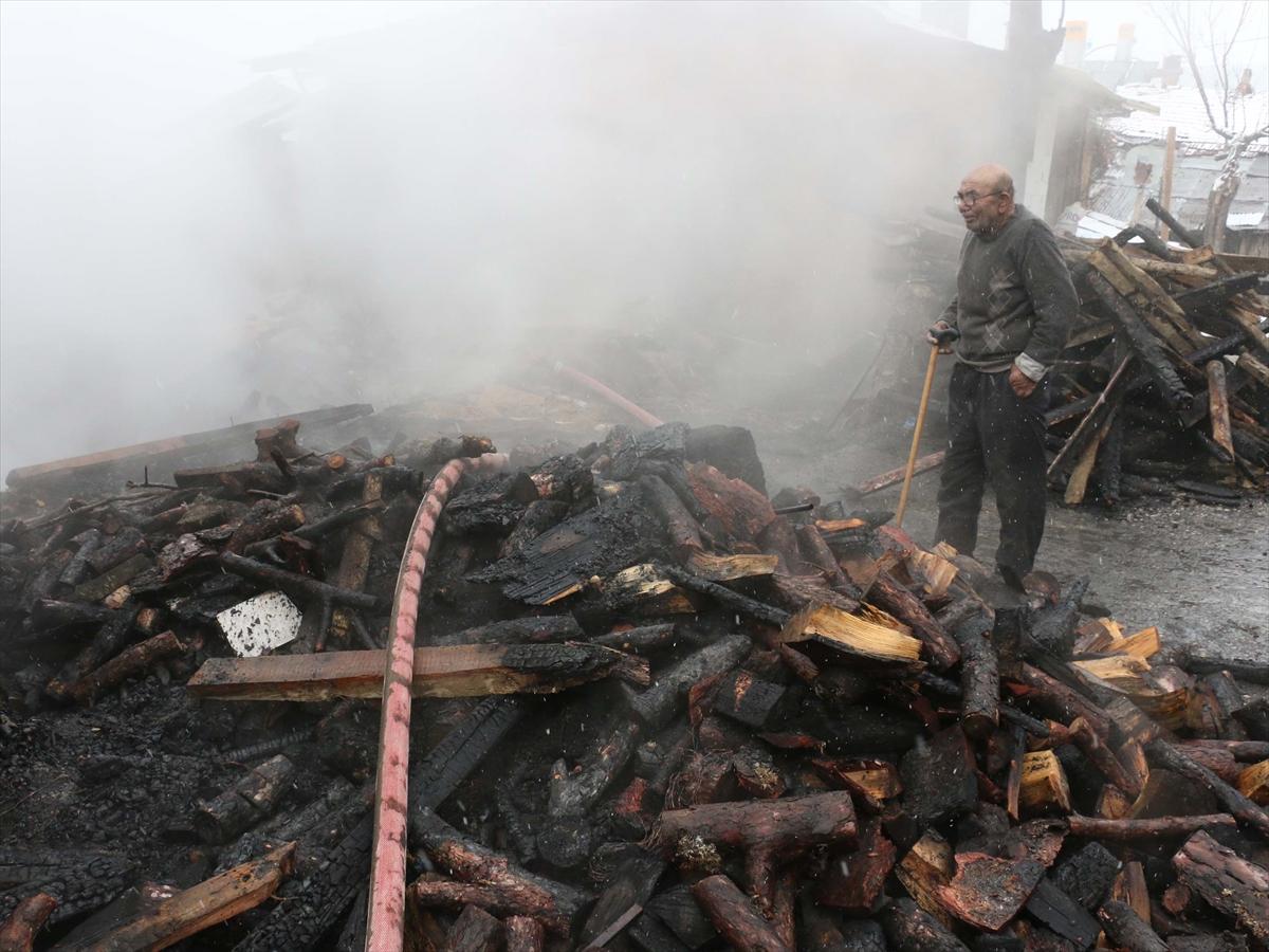Sobayı benzinle tutuştururken evi yandı