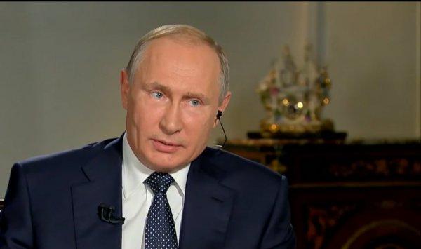 Putin Fox News'ta kendisine uzatılan kağıdı almadı