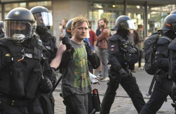 Hamburg'da polise şişe fırlatan göstericiye hapis cezası