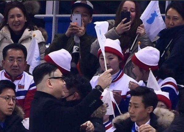 Kuzey Kore liderine benzeyen kişi tribünü karıştırdı
