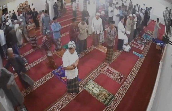 Endonezya depremine camide yakalandılar