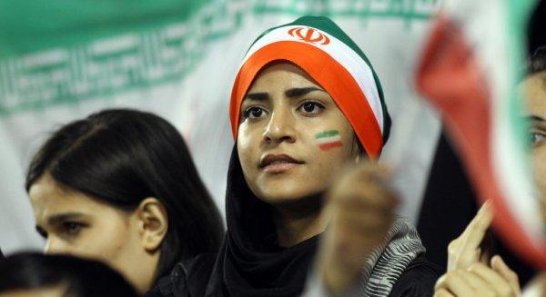 İran'da stadyuma girmeye çalışan 35 kadına gözaltı
