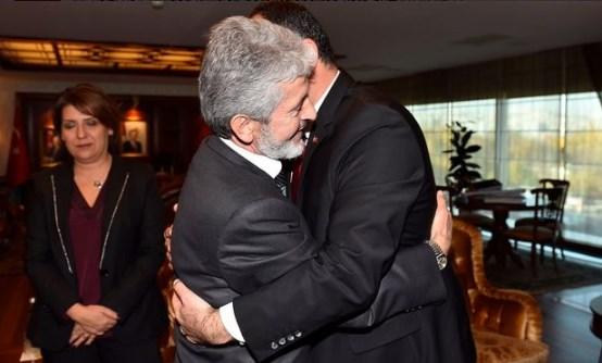 AK Parti ve CHP'li belediye başkanı sarıldı, tepki geldi
