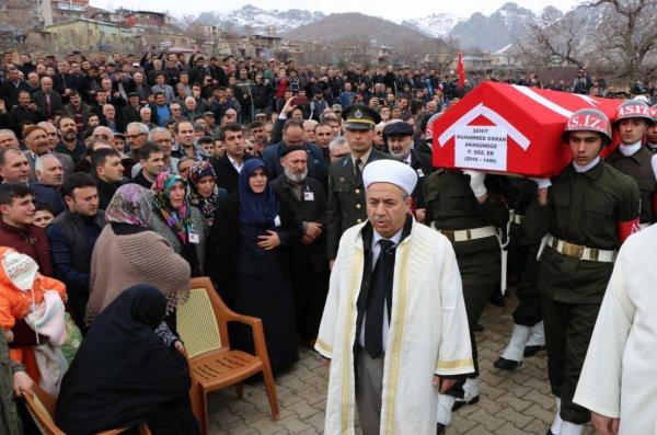 Şehit ağabeyi Kılıçdaroğlu'nun çelengini dereye attı