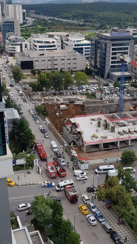Ümraniye'de istinat duvarı çöktü, araçlar çukura düştü