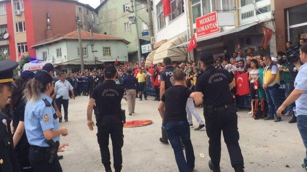Şehit cenazesine getirilen CHP çelengi parçalandı