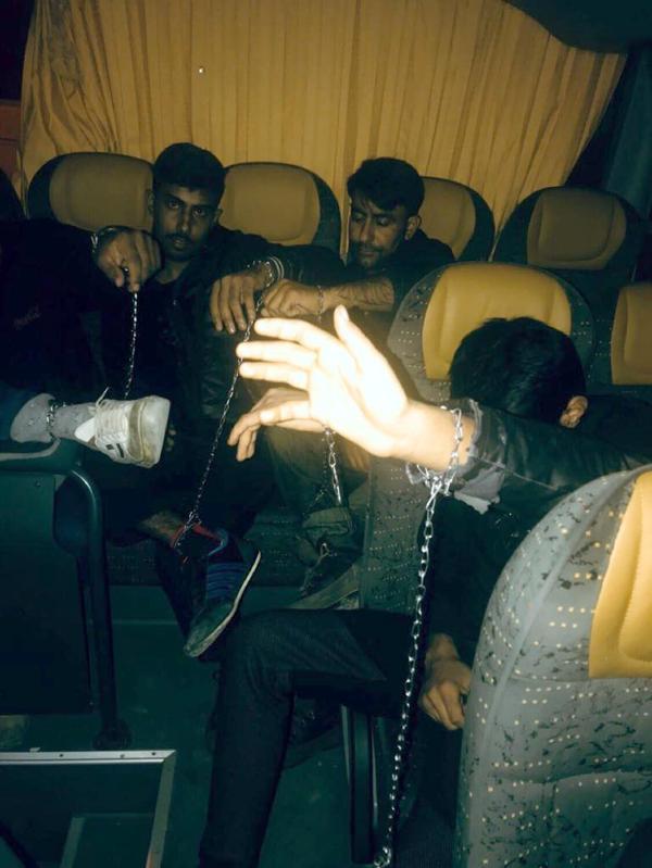 Elleri, ayakları zincirle bağlı 57 Pakistanlı bulundu