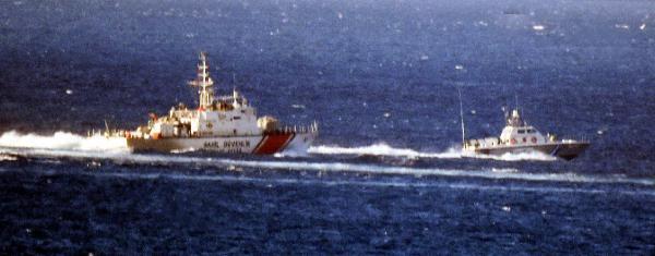 Kardak kayalıklarında gerginlik: Yunan botu kaçtı