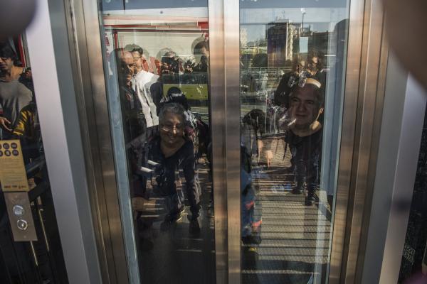 Metrobüs asansöründe 8 kişi mahsur kaldı