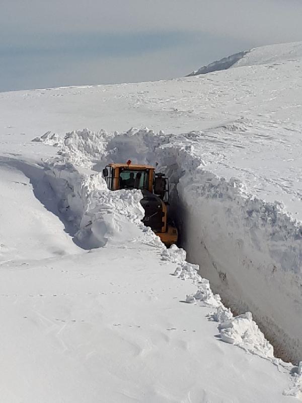 Askeri üsse giden yoldaki metrelerce kar güçlükle aşıldı