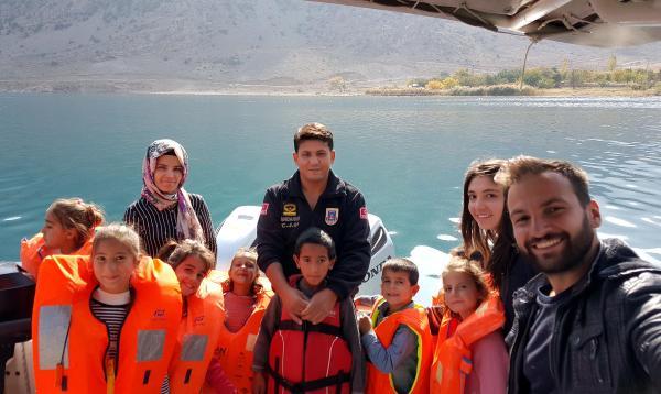 Köy çocuklarına jandarma botuyla Van Gölü gezisi