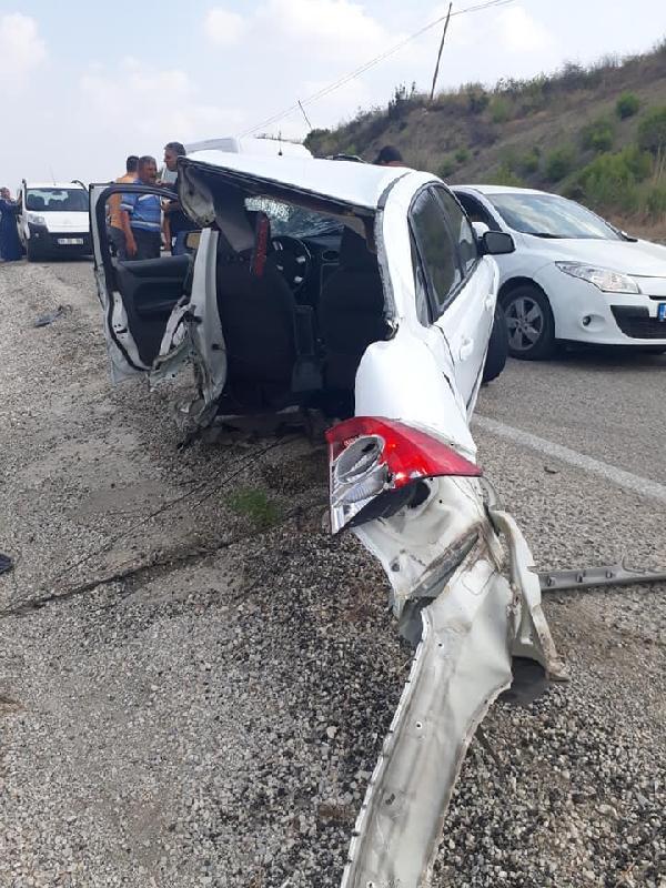Minibüs ile çarpışan otomobil ikiye ayrıldı: 10 yaralı