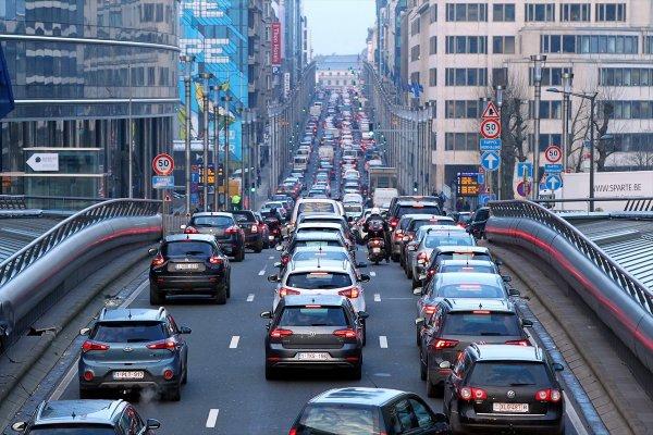 Brüksel'de ulaşım protestosu trafiği felç etti