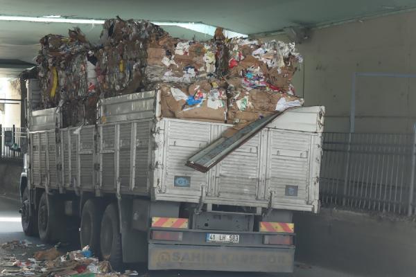 Bayrampaşa'da kamyon alt geçitte sıkıştı