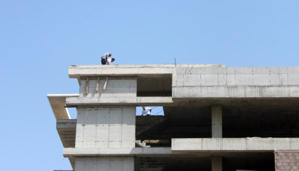 Antalya'da 9 katlı inşaatın çatısına çıkıp dua etti