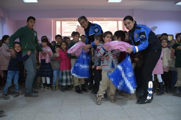 Van'da polisten 2 bin 312 öğrenciye kışlık giysi ve bot