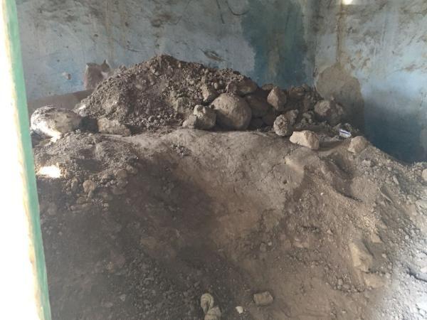 Defineciler, boş evin altına tünel kazdı