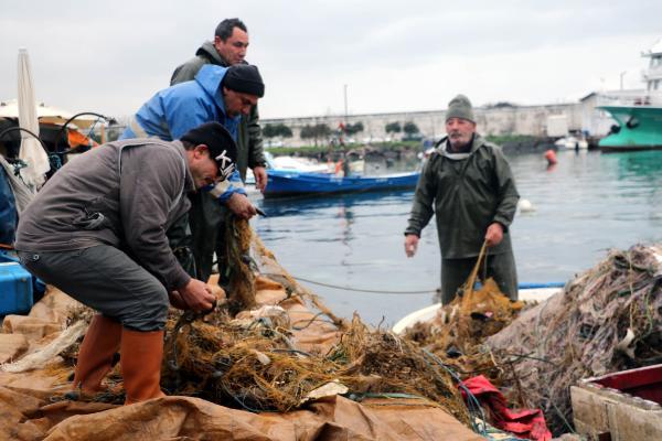 Samsunlu balıkçıların ağlarına balık yerine çöp takıldı