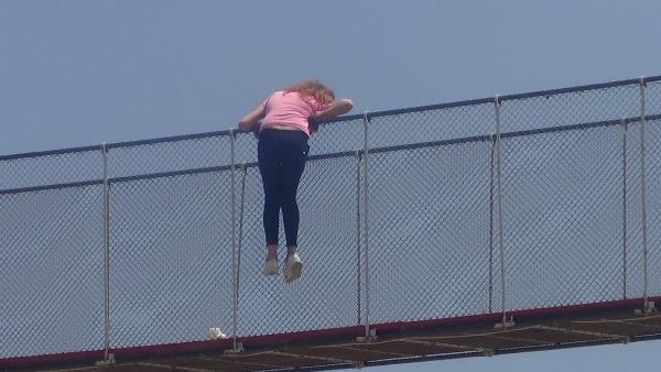 Köprüden atlayan genç kadını polis havada yakaladı