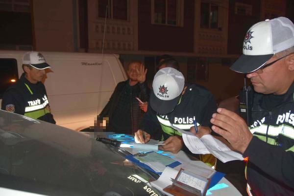 Polisler alkolden ceza yazarken içmeye devam etti