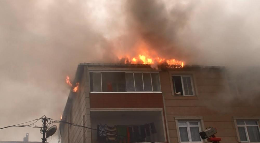 İstanbul'da 3 katlı binanın çatısında korkutan yangın
