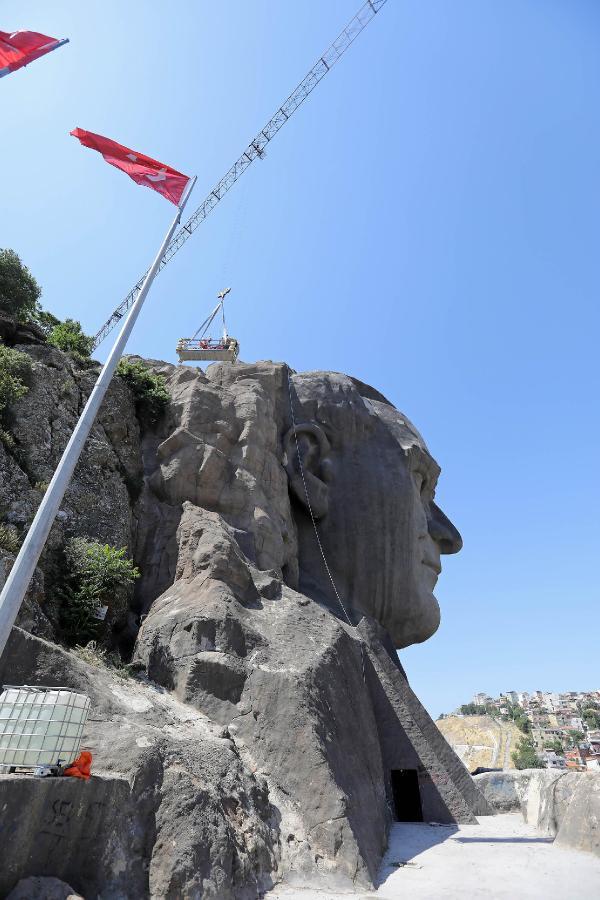 İzmir'de 42 metrelik Atatürk maskına bakım yapıldı
