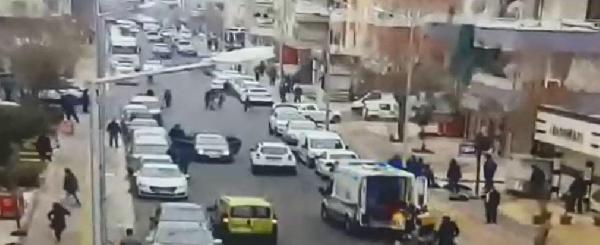 Diyarbakır'da sokak ortasındaki çatışma kamerada