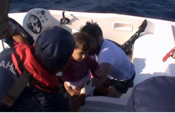 Bodrum açıklarında içinde çocukların olduğu göçmenler kurtarıldı
