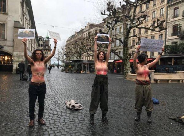 Almanya'da PKK'lılardan çıplak eylem