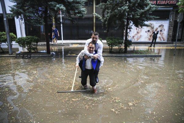 Ankara bayramı sağanak yağışla karşıladı